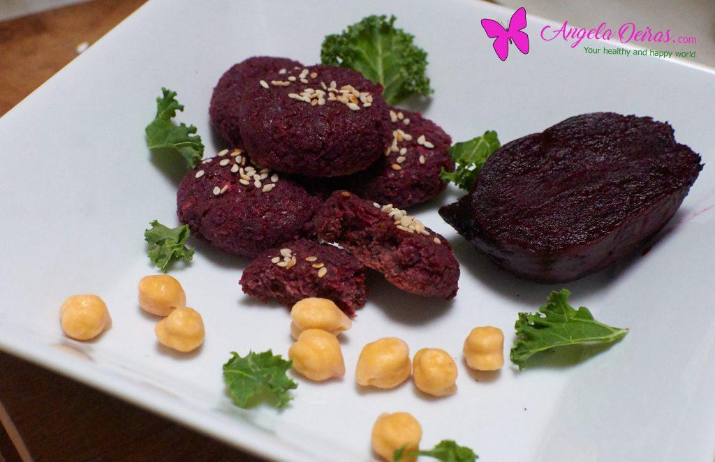 bolinhas de falafel de beterraba num prato branco com grão e beterraba assada