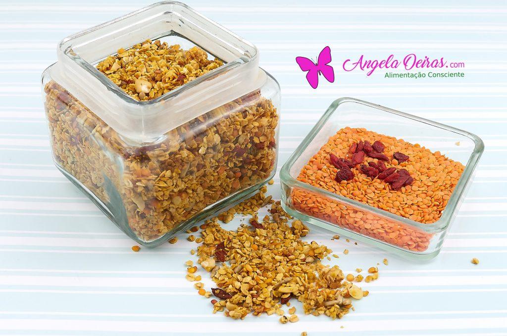 Pote de granola e bagas de goji e lentilhas vermelhas