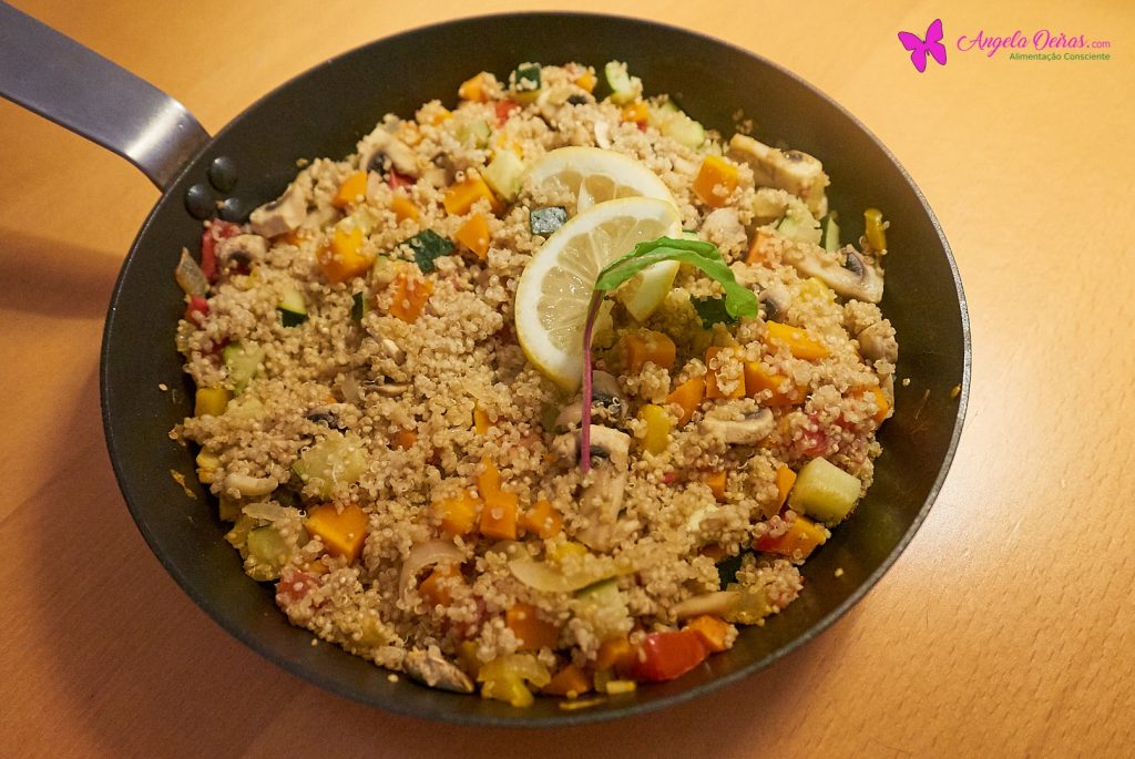 frigideira de paella de quinoa numa mesa de madeira