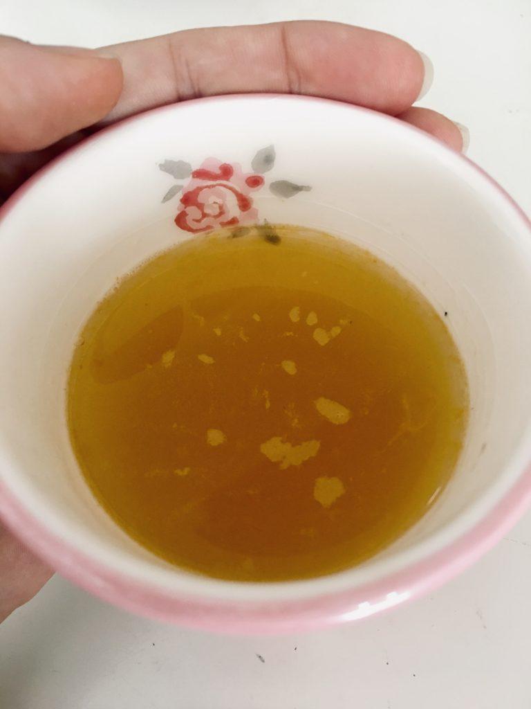 Caldo de vegetais doces numa taça